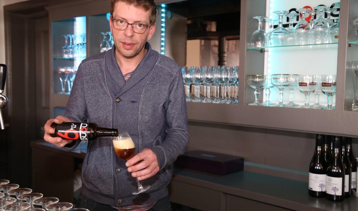 Hermans, achter de toog in zijn eetcafé N9NE.