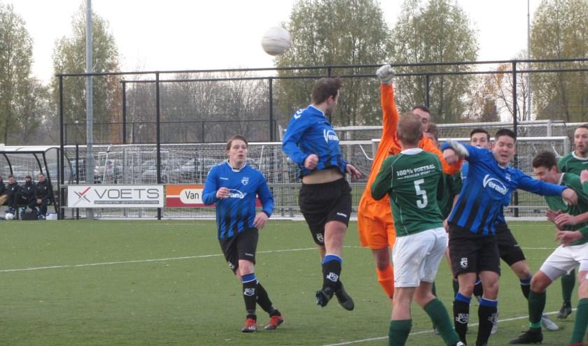 SCG'18-speler Jordi van Lijssel in duel met de keeper van Den Dungen. (Foto: Leo de Bakker)   | Fotonummer: f30930