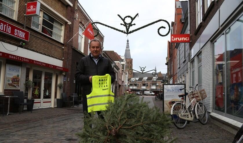 Wethouder Herman van Wanrooij toont het 'inzamelhesje' dat de gemeente liet ontwikkelen.   | Fotonummer: 7a97b1