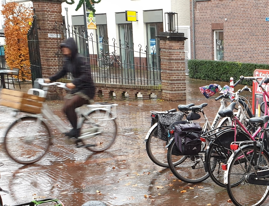 Als je de Kruidvat uit loopt, loop je recht tegen een fietsenstalling aan.