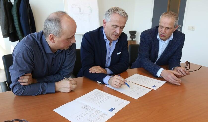 Van links naar rechts: Stefan van den Nieuwenhof van Sanders Machinebouw, Siep Schukken van Metaalperswerk van de Wetering en Jan-Willem van den Berg, locatiedirecteur van het BHC tekenen een samenwerkingsovereenkomst.     Fotonummer: 5622f1