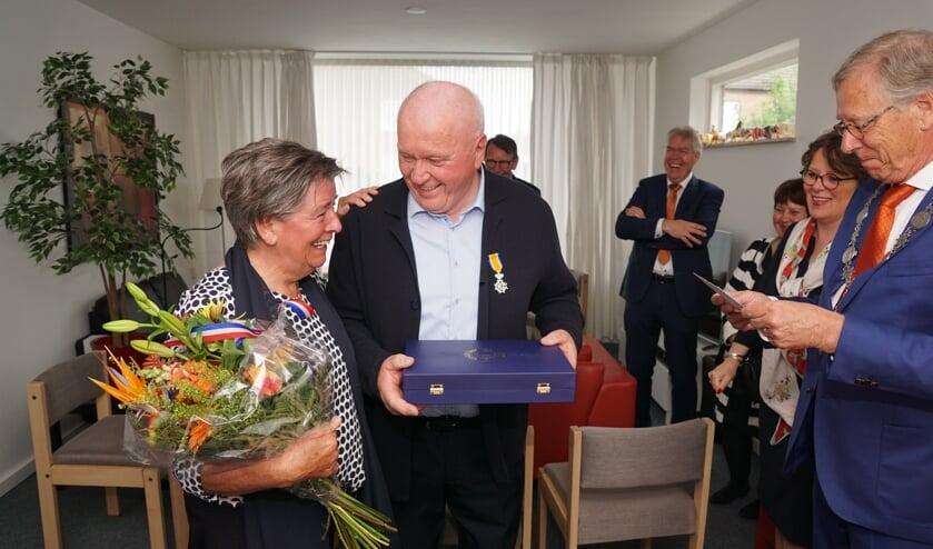Esschenaar Luciën Schevers (tweede van links) ontving zijn onderscheiding uit handen van waarnemend burgemeester Yves de Boer.   | Fotonummer: b2d4a8