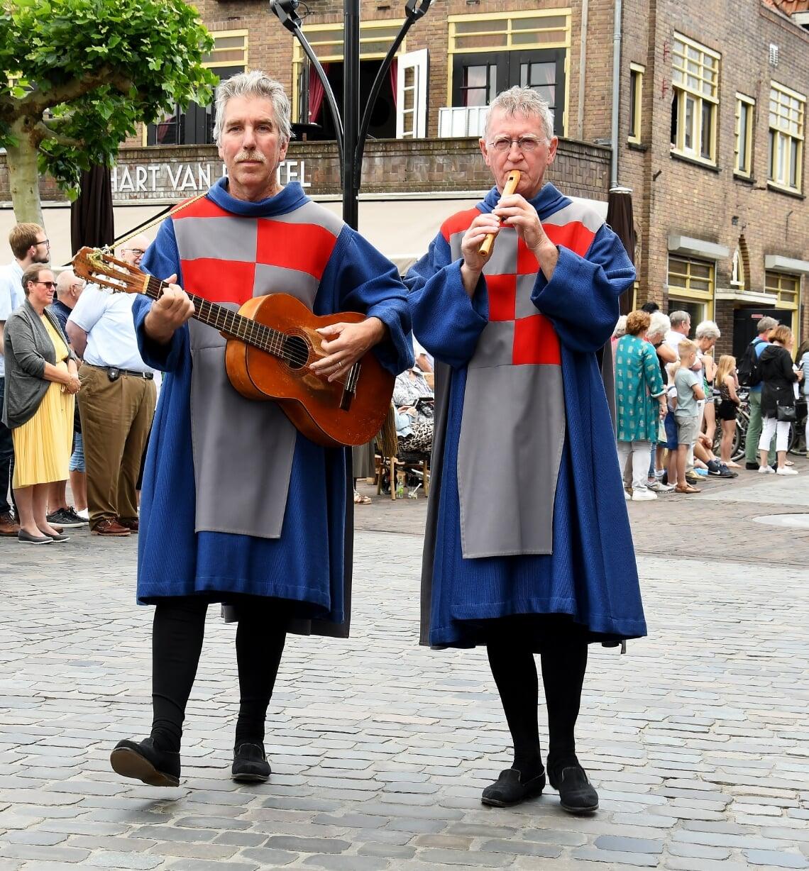 <p>Adrie van Osch (l.) is zelf ook een fanatieke deelnemer aan de processie. (Foto: Cock Stam)</p>