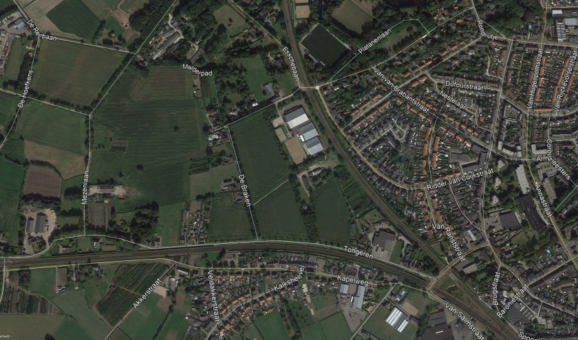 Het gebied tussen de twee spoorlijnen, 'de Oksel', staat verschillende ontwikkelingen te wachten.     Fotonummer: 68015d