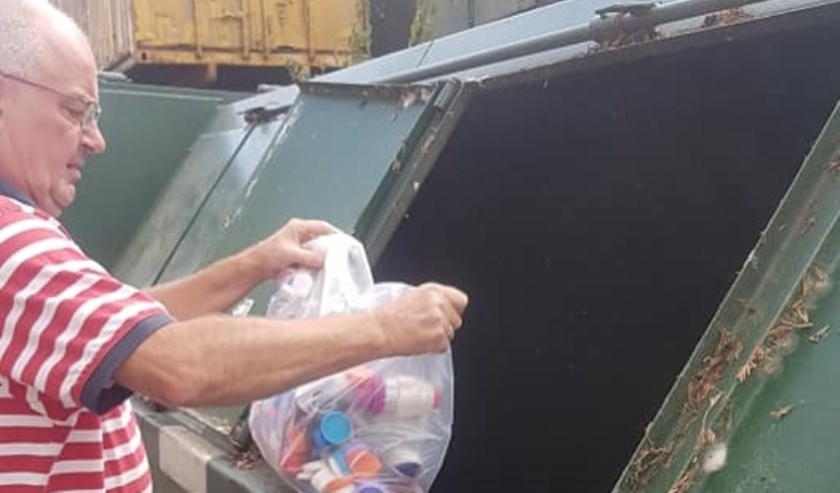 Eddy van Hummel bij de huidige container met een inhoud van 1.120 kilo die MSB beschikbaar stelde.   | Fotonummer: 4ce420