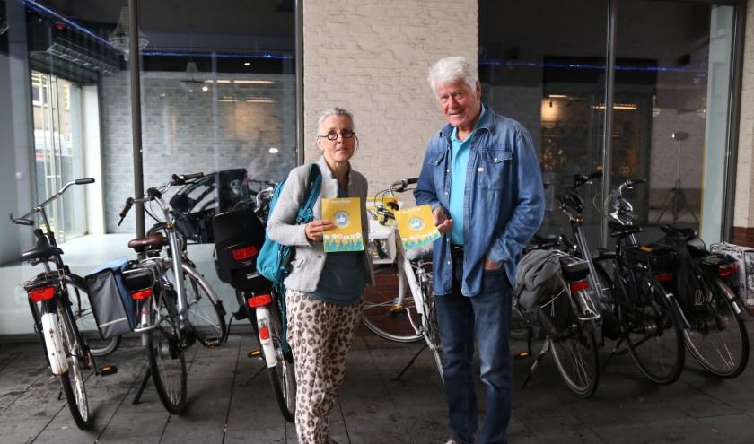 Oud-cursist Marije van Kuijk en David Andreae van Transitie Boxtel tonen de poster van de klimaatworkshops. Vóór de fietsen, die we meer zouden mogen gebruiken aldus beiden. (Foto: Sander van Kasteren)   | Fotonummer: 1cc74e