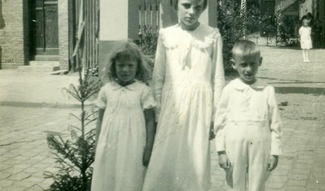 Tijdens het gouden huwelijksfeest op 23 juni 1935 van zijn grootouders Johannes Marinus van der Horst en Petronella van Handel was de toen vijfjarige Piet van der Horst bruidsjonker. Op de foto staat hij (rechts) samen met de bruidsmeisjes voor de huldeboog die toegang geeft tot het Breukelsplein, waar het gouden bruidspaar in een boerderij woonde. (Foto: Heemkunde Boxtel) Foto: Bron: Heemkunde Boxtel © MooiBoxtel