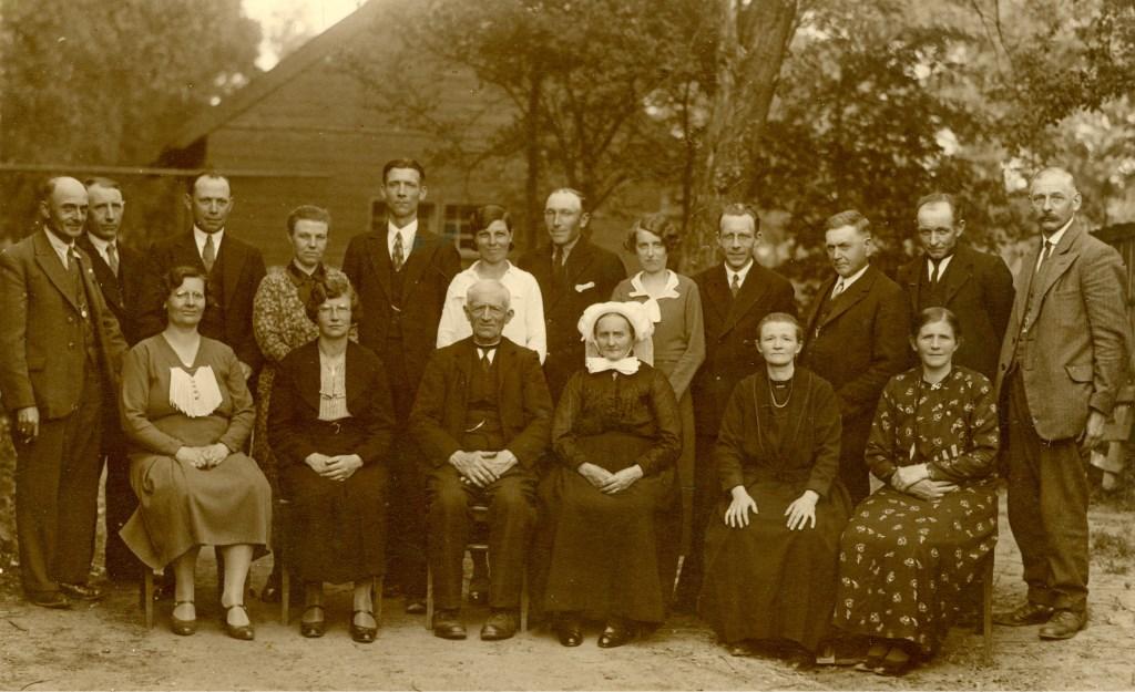 Het gouden (50) huwelijksfeest van Johannes en Petronella van der Horst op 23 juni 1935. (Foto: Heemkunde Boxtel) Foto: Bron: Heemkunde Boxtel © MooiBoxtel