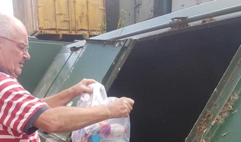 Eddy van Hummel bij de huidige container met een inhoud van 1.120 kilo die MSB beschikbaar stelde.   | Fotonummer: a82a0f