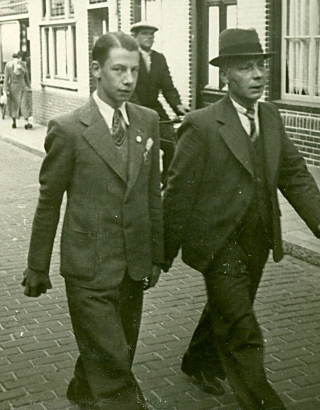 Antonius (l.) en zijn vader Frans van Elten, gefotografeerd in de Oude Kerkstraat op weg naar de Sint-Petrusbasiliek. (Bron: Heemkunde Boxtel) Foto: Heemkunde Boxtel © MooiBoxtel