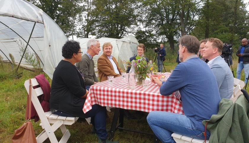 De Koning ging zichtbaar enthousiast in gesprek met verschillende initiatiefnemers die zelf ook een Herenboerderij opstarten.   | Fotonummer: f5946e