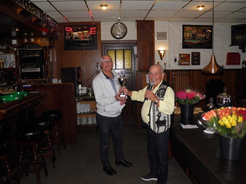 Dhr. van de Loo neemt zijn prijs in ontvangst als winaar van de avondwedstrijden Foto: Vic Bolsius © MooiBoxtel