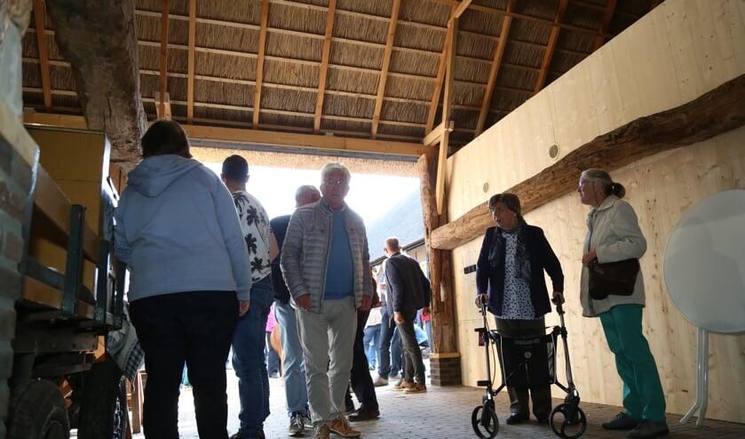 Mevrouw Van der Sande (tweede van rechts) was de laatste bewoonster van de boerderij.   | Fotonummer: bd68da