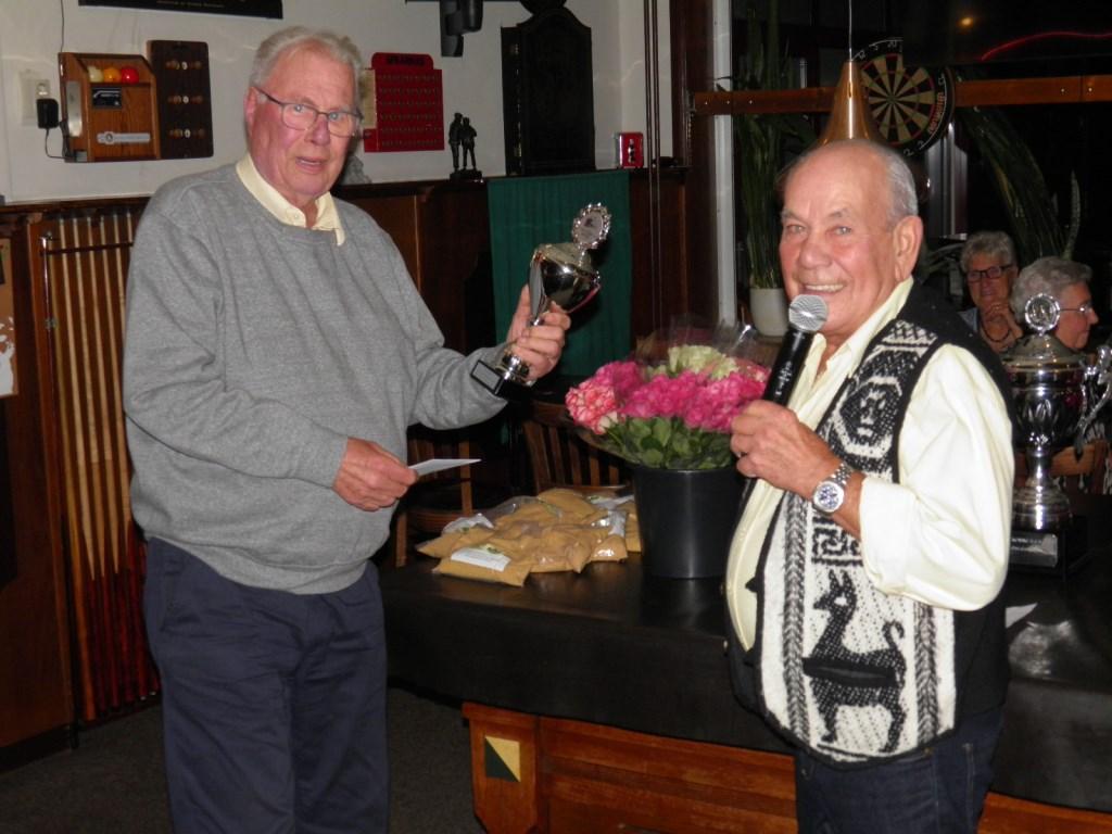 Dhr. van de Steen neemt zijn prijs in ontvangst als winnaar van de Koningswedstrijden Foto: Vic Bolsius © MooiBoxtel