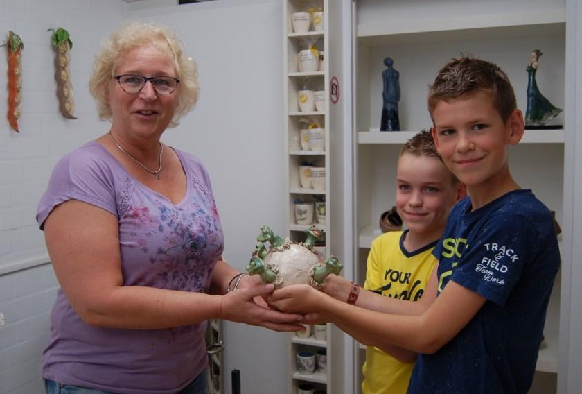 Kleinzonen van kunstenaars Noud en Corrie overhandigen de Kwakbol aan Mirjam van der Horst     Fotonummer: f0c4c5