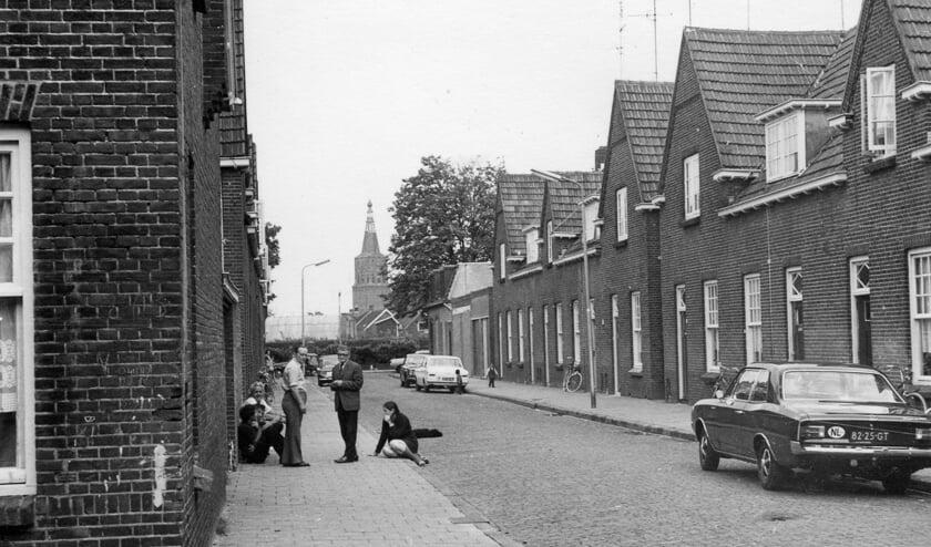 De woningen van de Ten Brinkstraat, hier gezien in de richting van de Kasteellaan, werden gesloopt in 1980 in verband met de nieuwbouwplannen voor de Jordaan. (Bron: Heemkunde Boxtel)   | Fotonummer: 060dcb