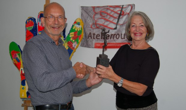 "Dhr. van Lokven  neemt het kunstwerk ""High Five"" van Netty Werkman in ontvangst  Foto: Atelierroute Sint Michielsgestel © MooiGestel"