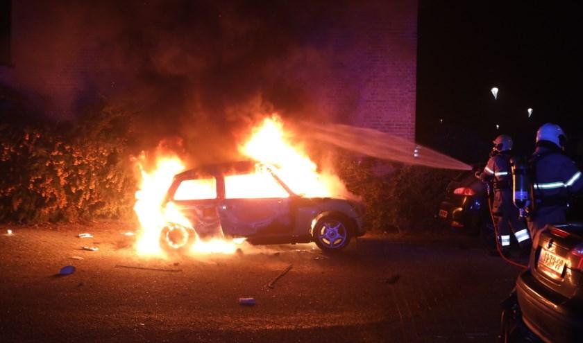 Een Mini ging op de parkeerplaats bij de Esdoorngaard/Hazelaarsgaard in vlammen op.   | Fotonummer: dbaafa