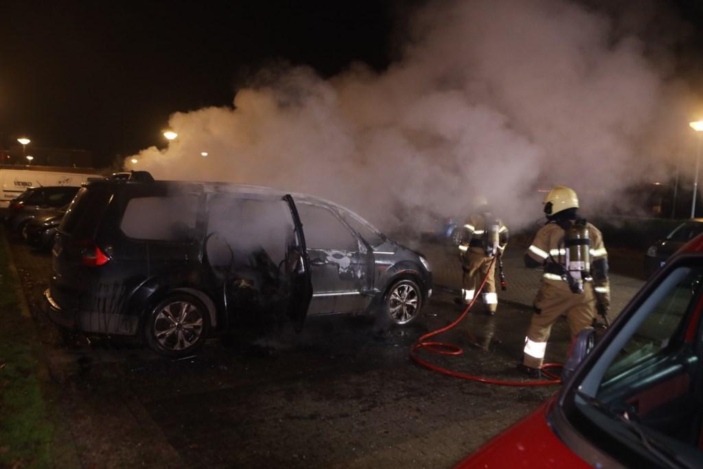 De auto op de Vendelhof raakte zwaar beschadigd. Foto: Persburo Sander van Gils © MooiBoxtel