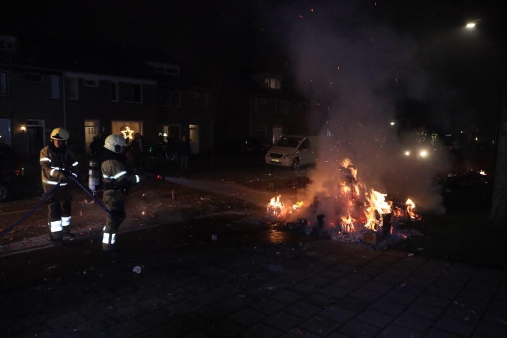 Vuurwerkrestanten op de Europalaan werden door de brandweer geblust. Foto: Persburo Sander van Gils © MooiBoxtel