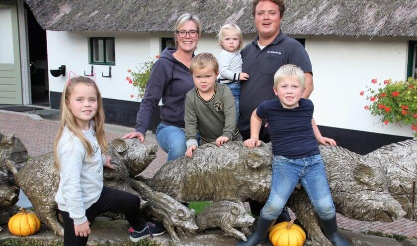 De familie Looijmans poseert op hun prijswinnende camping.   | Fotonummer: 0185cd