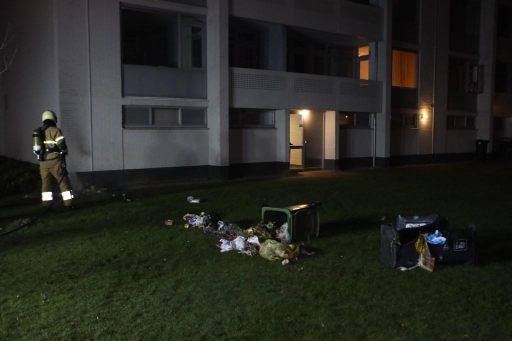 Op het Hof ter Aa gingen containers in vlammen op doordat het afval vlam vatte. Vermoedelijk door vuurwerk. Foto: Persburo Sander van Gils © MooiBoxtel