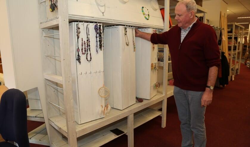Vrijwilliger en coördinator van de verhuizing van de Vincentiusvereniging Tini van den Berg toont een volledig handgemaakt sieradenrek. (Foto: Sander van Kasteren)   | Fotonummer: cb1c1d