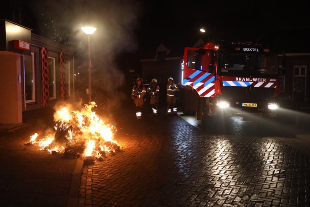 Op de Konijnhoolsedreef was de bradnweer druk doende met het blussen van een brandende container Foto: Persburo Sander van Gils © MooiBoxtel