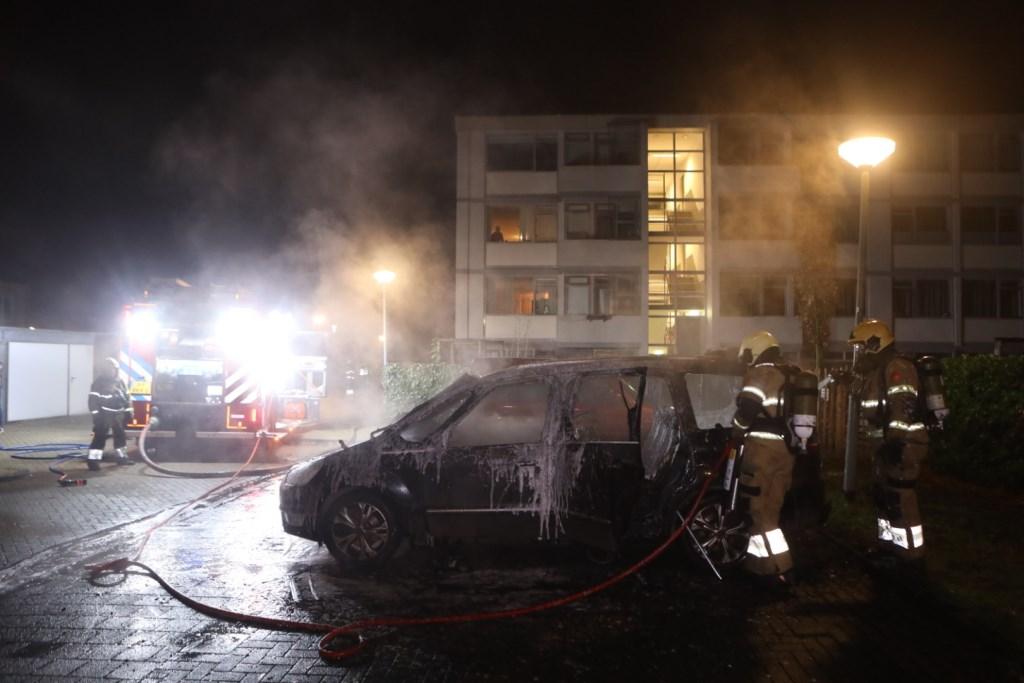 Ook op de parkeerplaats van de Vendelhof werd een auto totaal vernield. Foto: Persburo Sander van Gils © MooiBoxtel