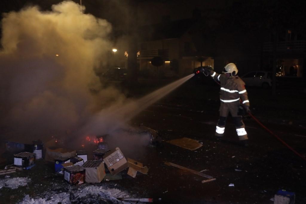 De brandweer was druk met het blussen van vuurwerkrestanten op de Hendrik Verheeslaan. Foto: Persburo Sander van Gils © MooiBoxtel