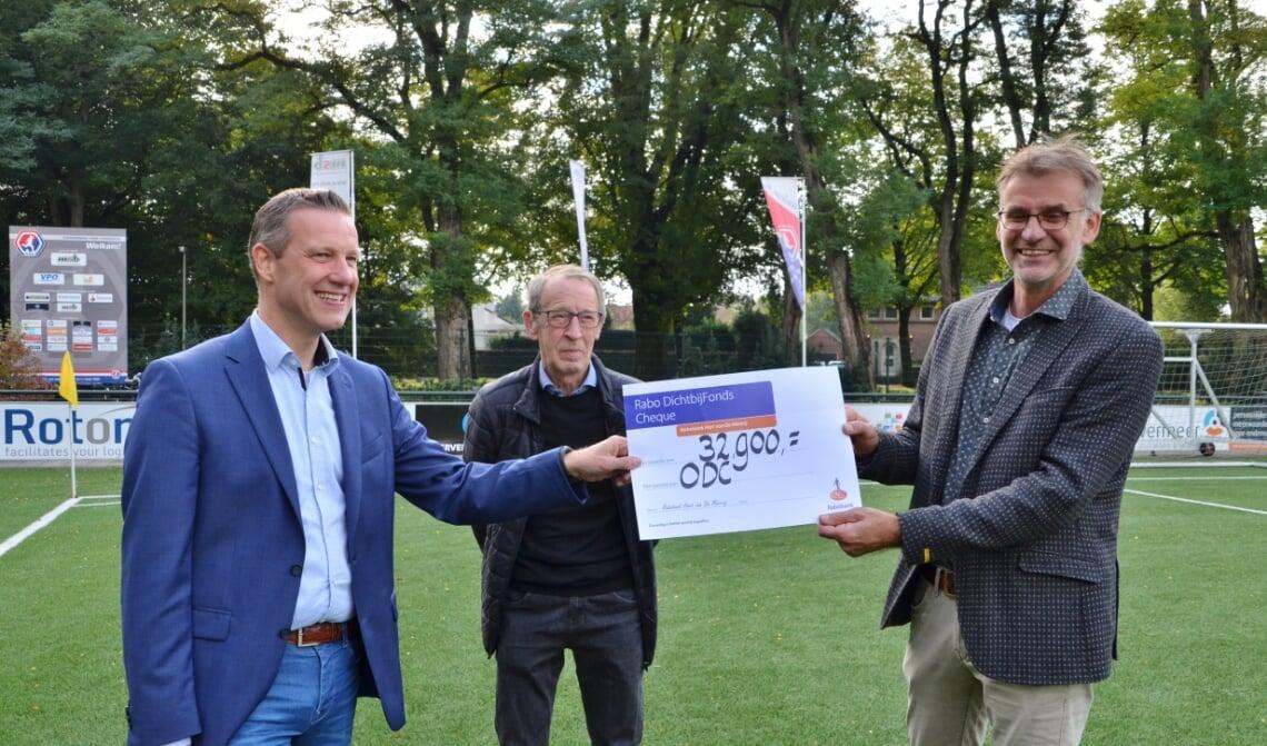 <p>Mark van der Steen (l.) en Kees Bekers (m.) van Stichting Beheer ODC tonen trots de cheque samen met ODC-voorzitter Walter van der Linden.</p>