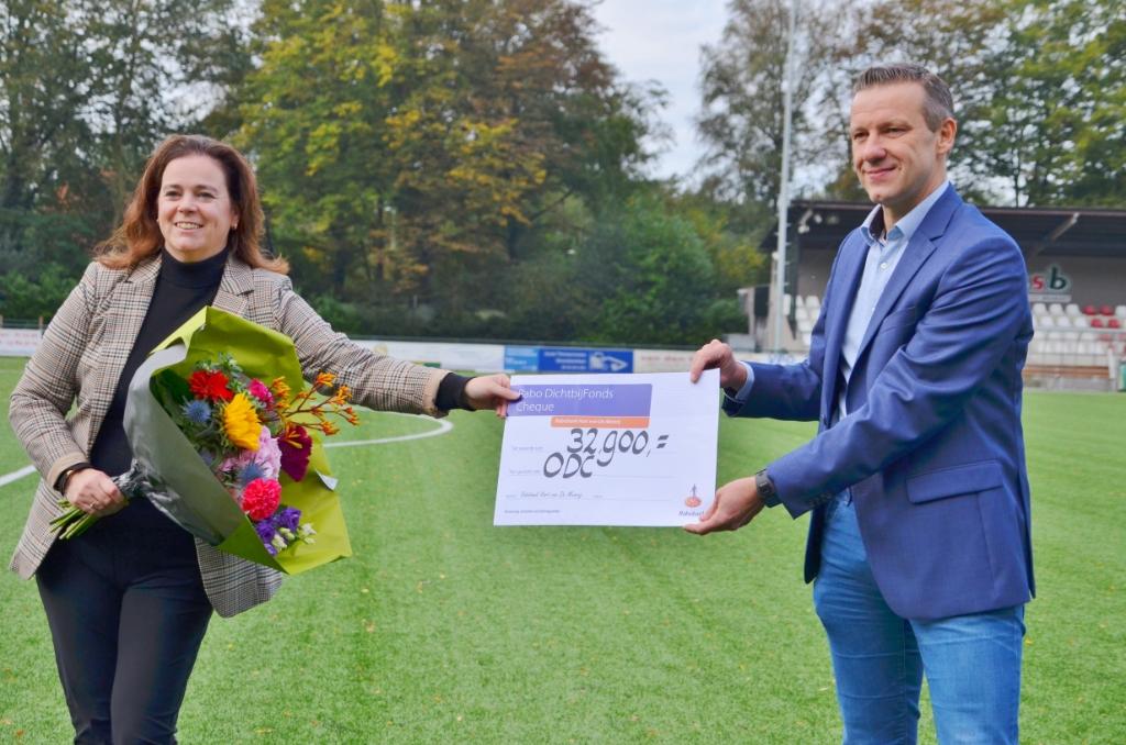 Cindy Groenendaal overhandigde namens Rabobank De Meierij een cheque van ruim 32.000 euro aan ODC-voorzitter Mark van der Steen. Foto: Jan van der Steen © MooiBoxtel