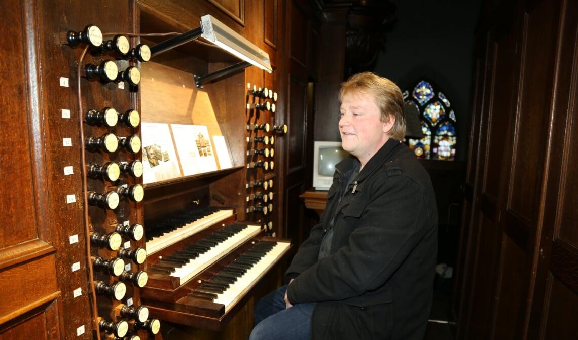 <p>Tommy van Doorn, achter de drie klavieren van het Boxtelse Smits-orgel</p>
