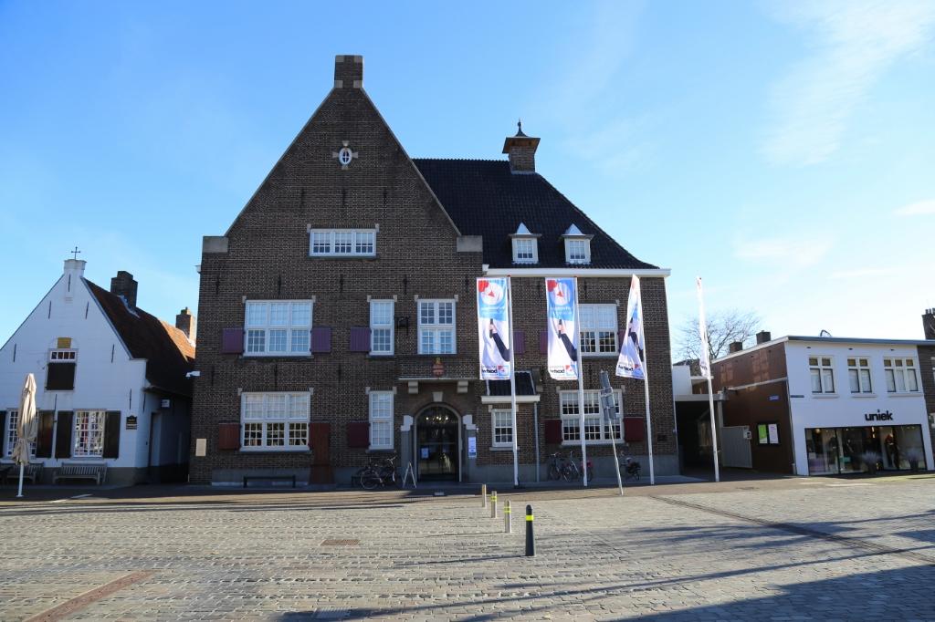 De verkiezingsvanen wapperden fier in de wind om aan te geven dat bij het Boxtelse gemeentehuis ook gestemd kon worden. Foto: Sander van Kasteren © MooiBoxtel