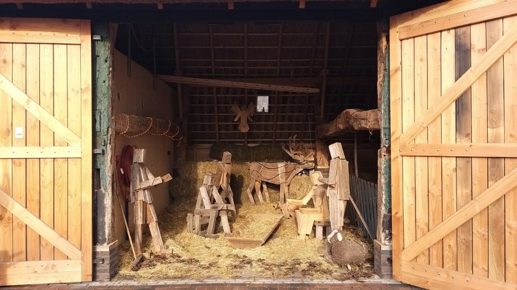 In de vorig jaar gerealiseerde dwarsdeelschuur is vanaf dit weekend de prachtige houten kerststal te bewonderen. (Foto: Masha Arts-Raaijmakers) Foto: Masha Arts-Raaijmakers © MooiBoxtel