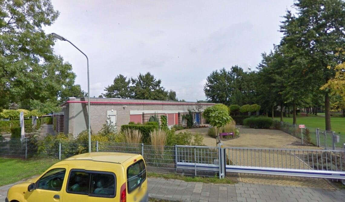 <p>Het voormalig schoolgebouw van De Beemden, waar het complex moet verrijzen.</p>