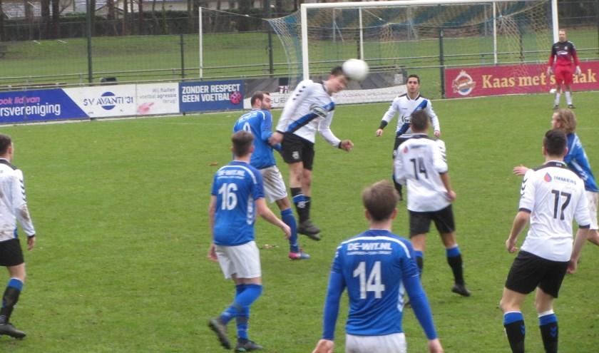 Marc Groetelaers van SCG'18 kopt de bal weg, omringd door spelers van Avanti en SCG.      Fotonummer: c37579
