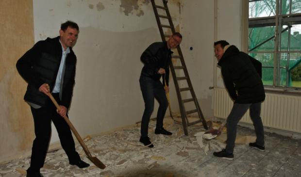 Wethouder Peter van de Wiel (l.) helpt ondernemers Martin van den IJsel (m.) en Paul van Heeswijk met de eerste werkzaamheden in de pastorie. Foto: Cock Stam © MooiBoxtel