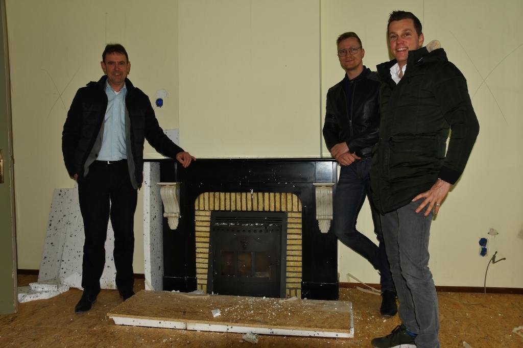Wethouder Peter van de Wiel (l.) helpt ondernemers Martin van den IJsel (m.) en Paul van Heeswijk met de eerste werkzaamheden in de pastorie. Bijvoorbeeld met de historische schouw. Foto: Cock Stam © MooiBoxtel