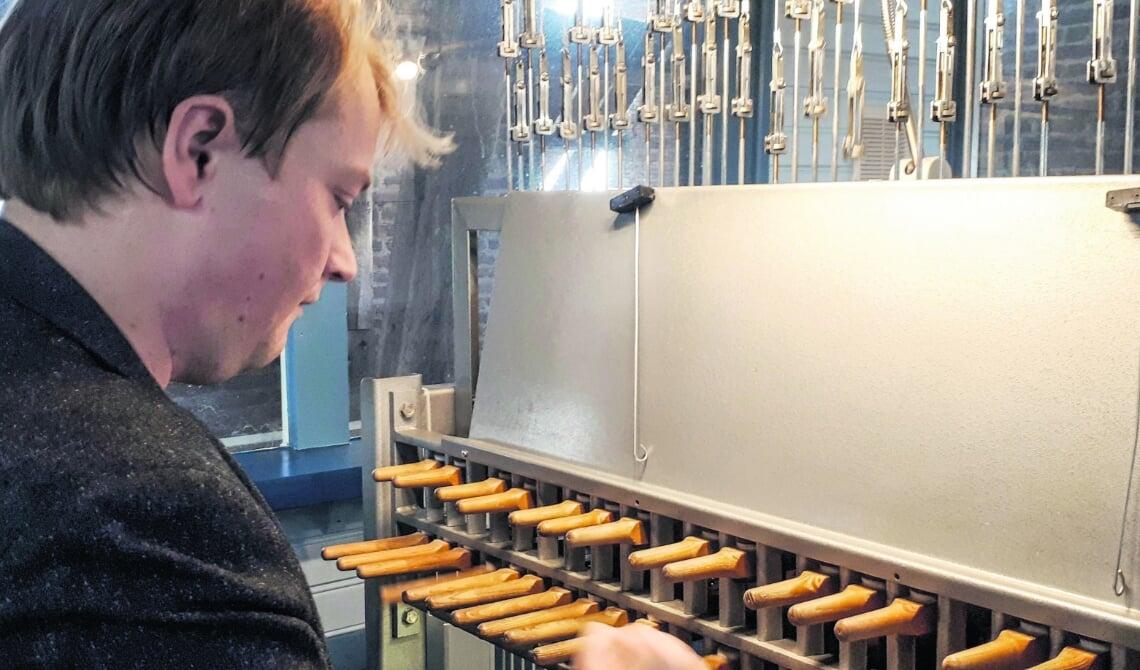 <p>Tommy van Doorn speelt op het carillon.</p>