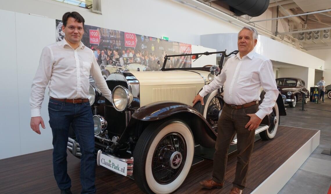 <p>Anton van Dijke (r.), samen met zijn zoon Sander naast &eacute;&eacute;n van de oldtimers.</p>
