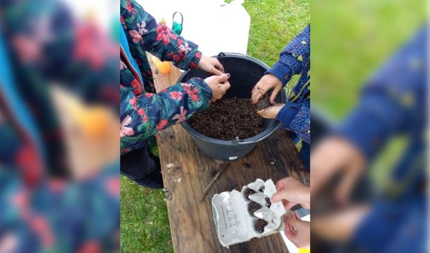 Kinderen maakten 'zaadbommen'. Foto: IVN Brabant © MooiBoxtel