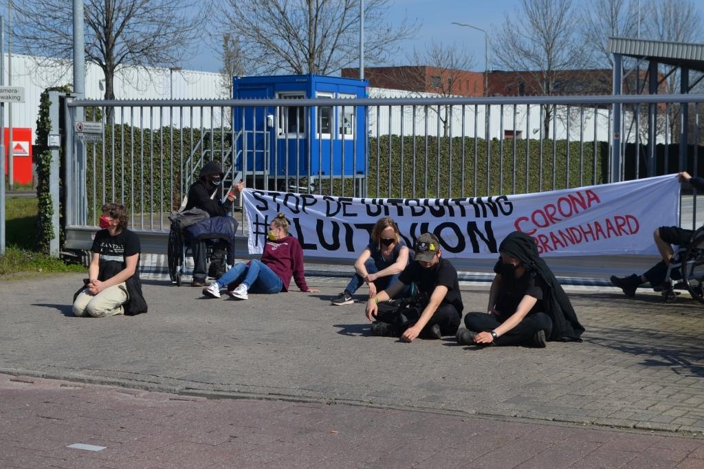 Actiegroep 'Sluit Vion' blokkeerde dinsdag de ingang van de slachterij. Foto: Marie Fick/Persburo Sander van Gils © MooiBoxtel