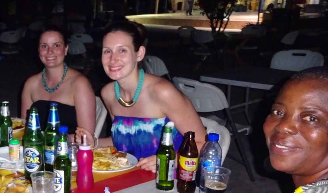 <p>Privéfoto van Ilse (links), Lola (midden) en Joyce in Ghana.</p>