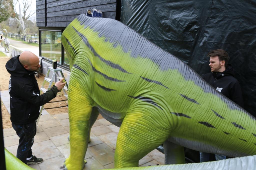 Mitch (l.) en Paul waren zaterdag hard aan het werk om de twee europasaurussen te voorzien van een levensecht uiterlijk. Foto: Sander van Kasteren © MooiBoxtel