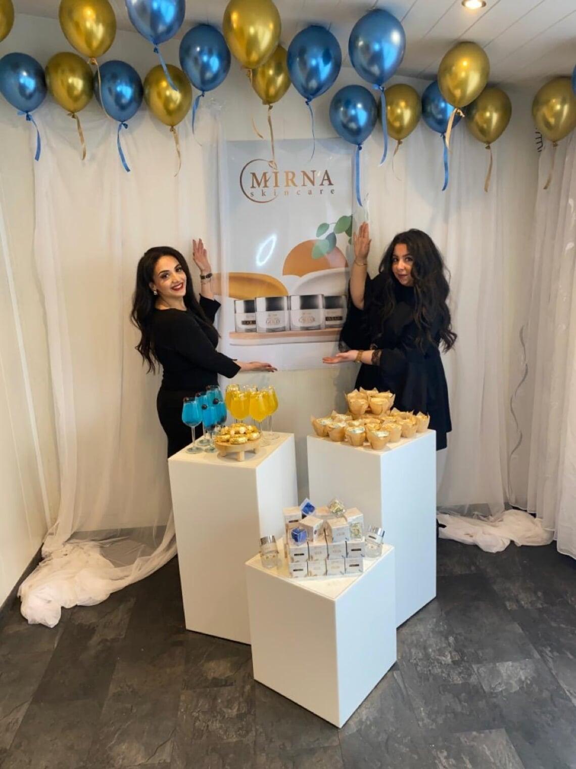 Mirna (l.) en Maria tijdens de lancering van hun cosmeticamerk.