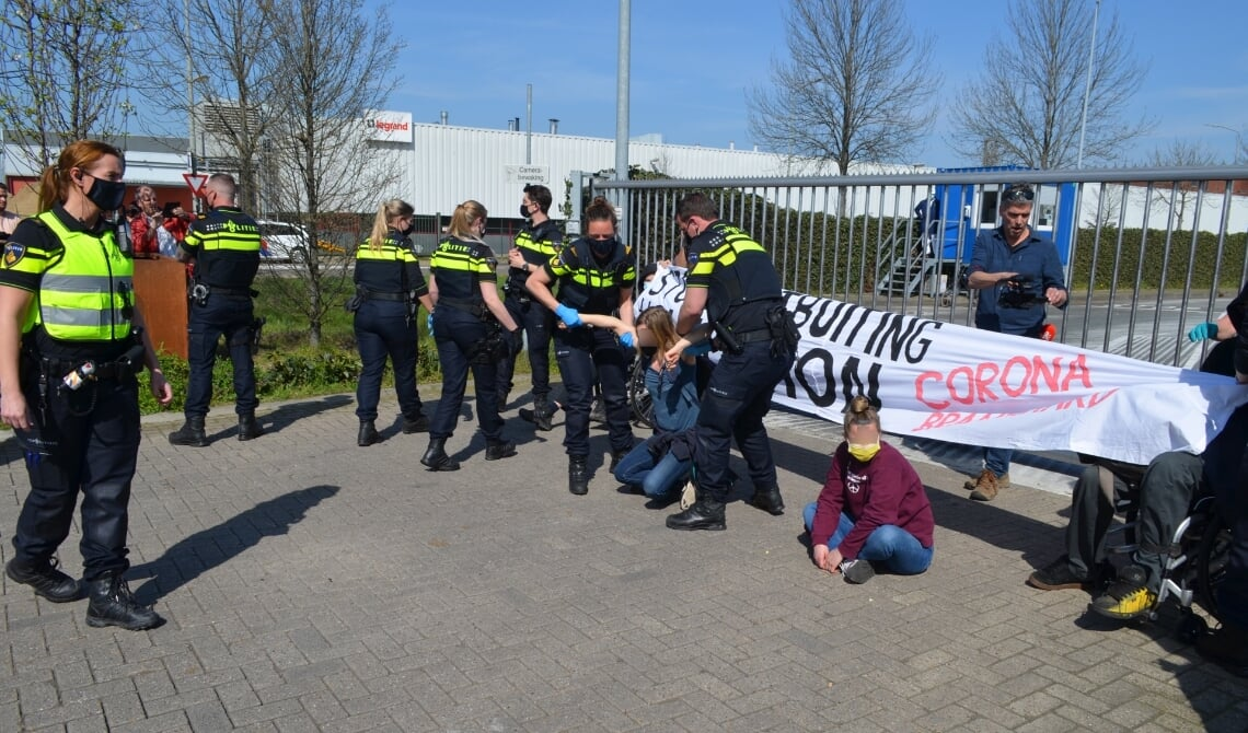 <p>Actiegroep &#39;Sluit Vion&#39; blokkeerde dinsdag de ingang van de slachterij.</p>