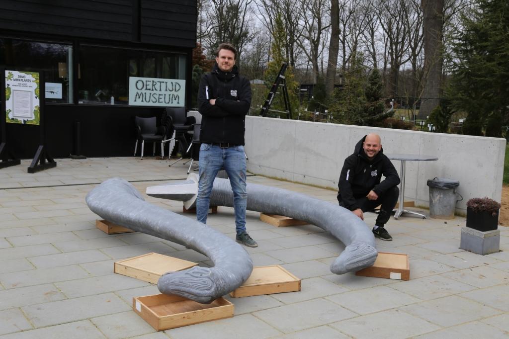 Paul (l.) en Mitch waren zaterdag hard aan het werk om de twee europasaurussen te voorzien van een levensecht uiterlijk. Foto: Sander van Kasteren © MooiBoxtel