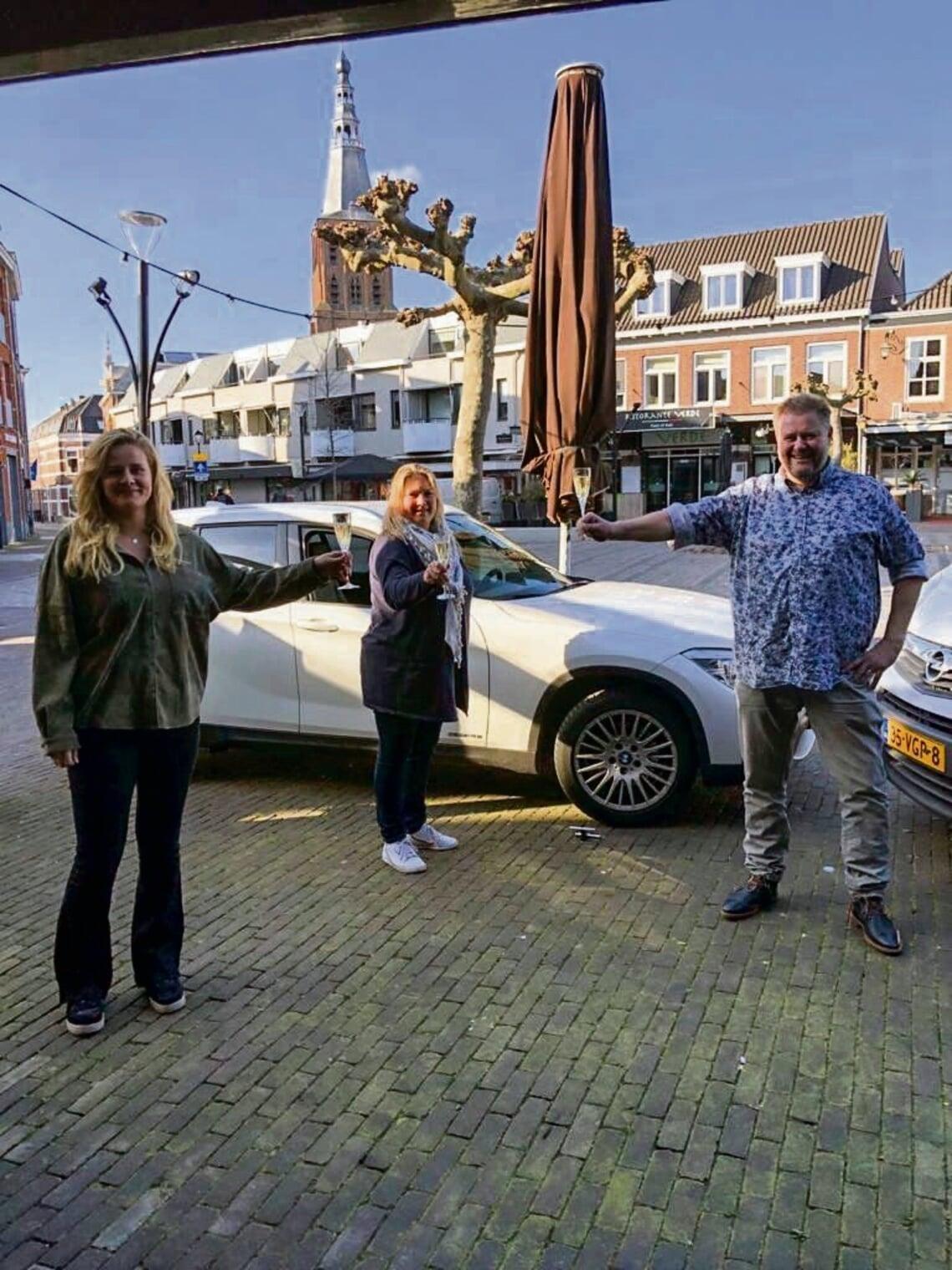 <p>Van links naar rechts: Iris Koesen, Riekske van Dinther en William van Dinther. (Foto: Caf&eacute; &#39;t Hart van Boxtel)&nbsp;</p>
