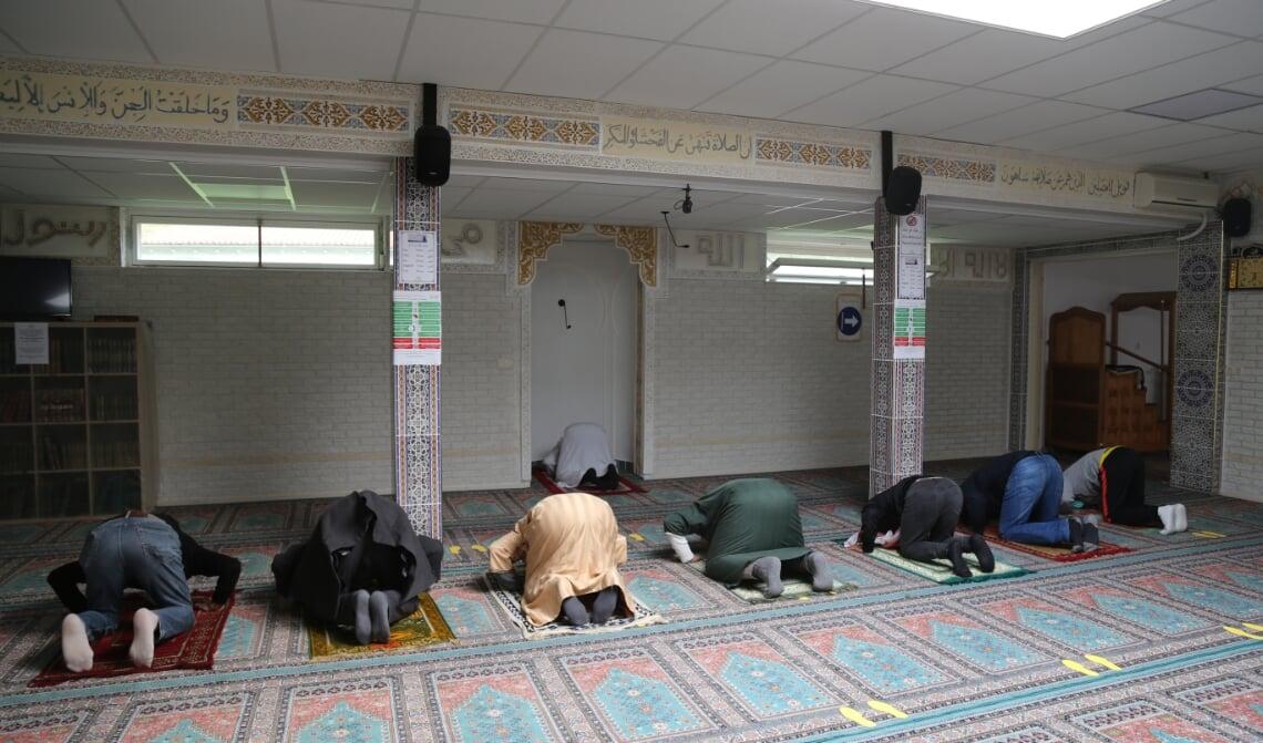 <p>Enkele moslims bidden in de Boxtelse Al-Fath moskee.</p>
